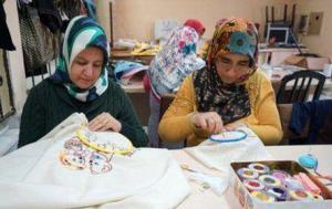 Evde Kazaklara Boncuk İşleme İşi